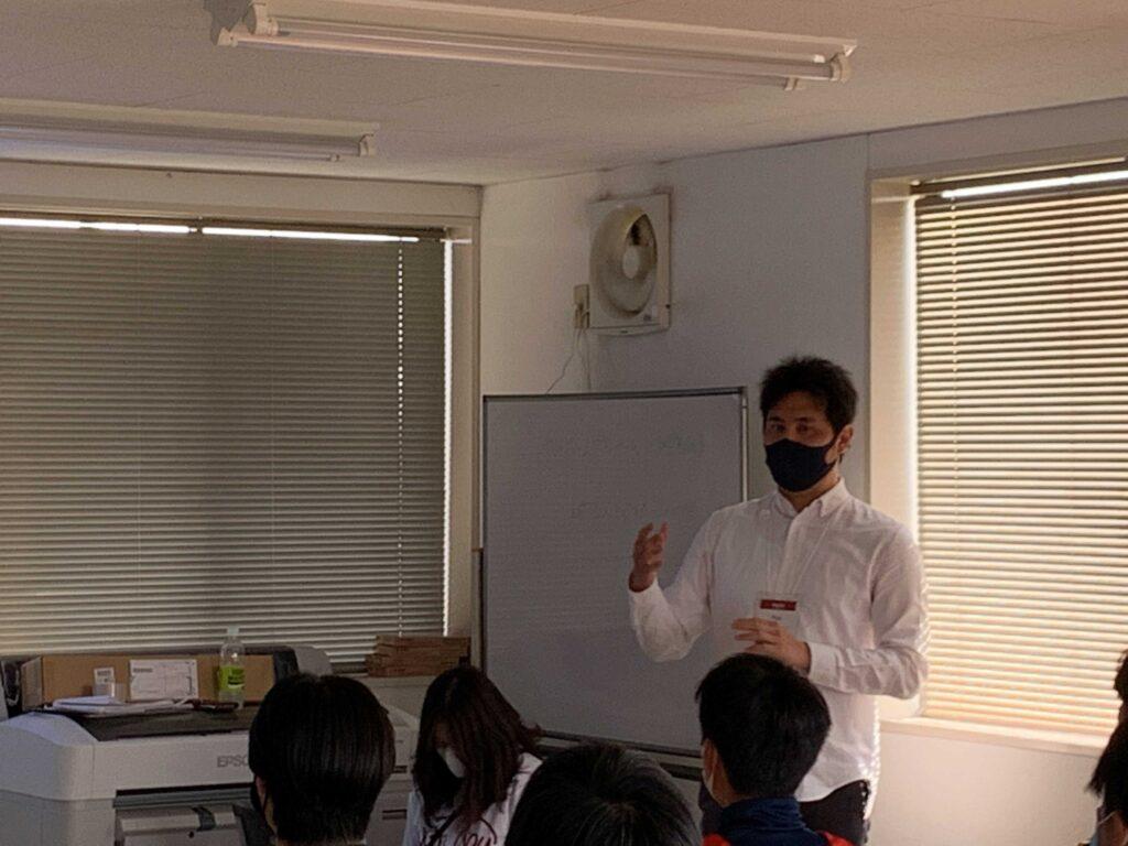 WithYou代表の中村さんが選手たちに説明している画像